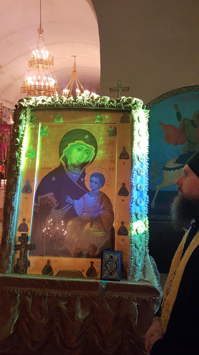 Встреча Иверской иконы Божьей Матери и мощей двенадцати апостолов